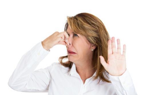 ¿Qué hacer si sale mal olor de casa de un vecino?